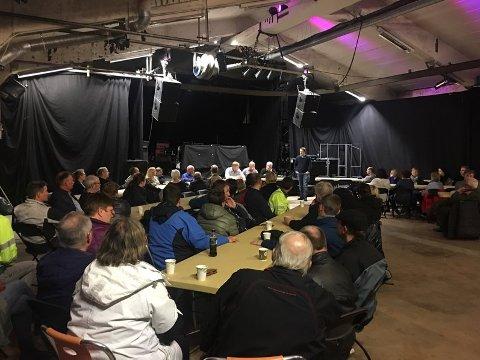 GODT OPPMØTE: Både unge og eldre var tilstede på folkemøtet som ble holdt tirsdag i Bjerkvik.