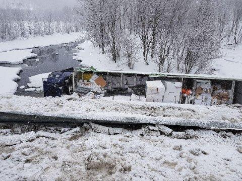 AV VEIEN: Et vogntog havnet av veien i Ballangen lørdag ettermiddag.