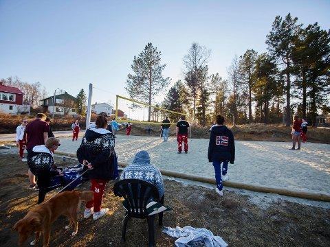 STØY: Russens volleyballspill ved Solhaugen ble for høylytt. Dette bildet ble tatt i mai 2016.