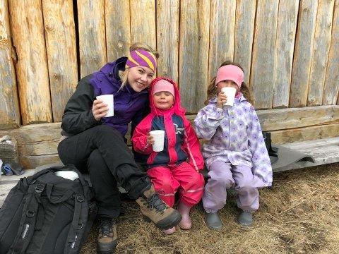 KOS: Kajsa, Leah Josefine og Mina Cecilie Haugerud koste seg masse i Rombaksbotn.