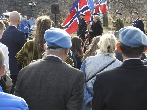 Veteraner i alle aldre, blant mange andre, hadde funnet seg en plass i Kirkeparken da statsminister Erna Solberg holdt tale og la ned krans til minne om krigens ofre. Hun sier seg veldig godt fornøyd med å ha fått markere dagen akkurat i Narvik. Alle foto: Fritz Hansen