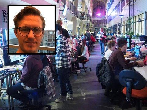 FORSKER: Emil Lundedal Hammar (innfelt) forsker på dataspill. Han er helt klar på at spillene bidrar til å formidle historie. Foto: Arkiv/ITU