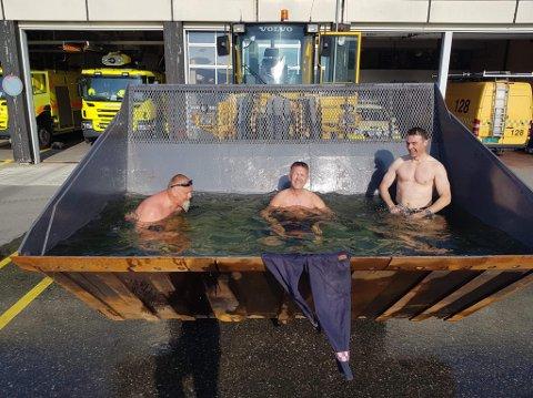 Slik flyplassen skriver på sin Facebook-side måtte personalet improvisere når gradestokken var på tur mot 30 grader i skyggen og de ikke hadde svømmebasseng.