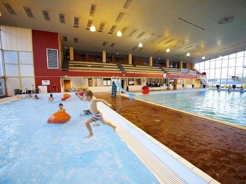 Utsatt igjen: Det blir enda noen måneder til at innbyggerne kan kose seg i bassenget.