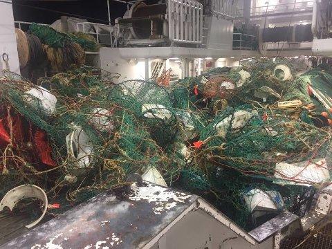 Reketrålere har fått 850 krabbeteiner og ti tudenvis av meter med tauverk i reketrålen bare i sommer.