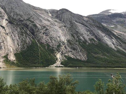Det kom både vann, stein og jord ned fjellsiden. – Glad vi har hytte på den andre siden, sier Per Oddvar Rognmo.