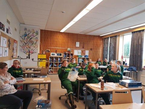 Elevene skal både lære teori og lære seg den praktiske jobben i et fjøs.