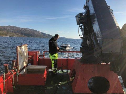 Tauet inn: Da Tommy Hope fikk tak i Ottar Bakke, kom Ballangen Sjøfarm til unnsetning. Trygt inne i båten til oppdrettsselskapet tok Hope dette bildet.