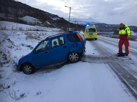 En personbil havnet utfor veien i Håkvik søndag ettermiddag.