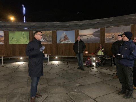 Imponert: Administrerende direktør i Forte Narvik, Roger Bergersen åpnet utstillingen i begynnelsen av desember, og roste initiativet fra Narvik Kameraklubb.