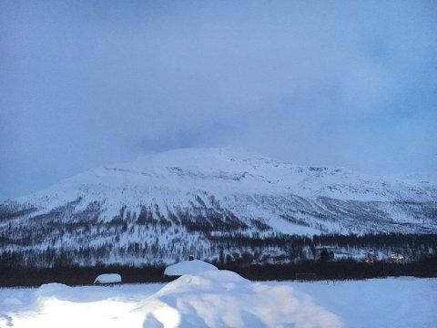 FIRE SAVNET: Onsdag gikk et stort snøskred på Blåbærfjellet i Tamokdalen. Fire personer er savnet.