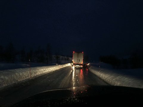 GLATT: Det skal være svært glatt på Bjørnfjell og flere vogntog skal ha trøbbel.