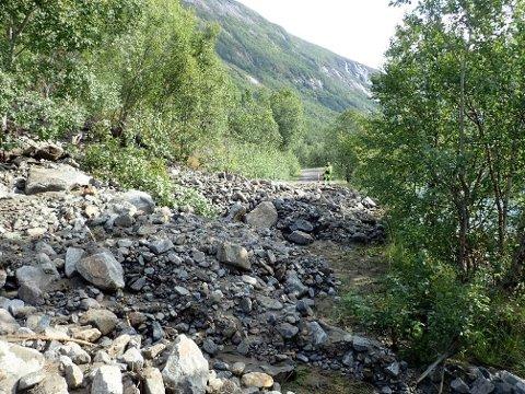 SPERRET VEIEN: Skredet i Råndalen 20. august i år sperret veien. I en rapport utført på oppdrag for Ballangen kommune slås det fast at det er stor fare for nye skred.