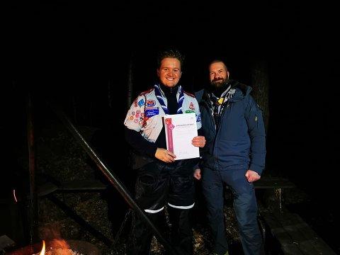FIKK PRIS: Benjamin Askevold Andersen fra Medkila speidergruppe fikk utdelt en utmerkelse fra leder i Norges speiderforbund under helgas speidersamling i Narvik.