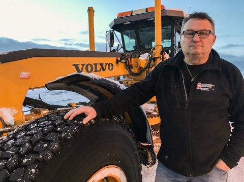 PROBLEMER: Brøyteansvarlig i Hammerfest kommune, Pål Mansika, kan fortelle at privat snøbrøyting skaper store problemer for brøytemannskapet