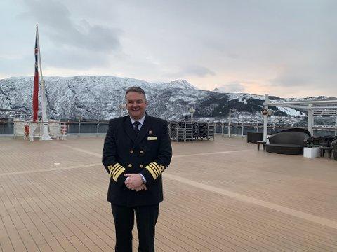 DRONNING: Kaptein Alan Hawkins på Ms Queen Victoria foran fjellet den Sovende Dronning. - Det var en vakker innseiling til Narvik, synes han.