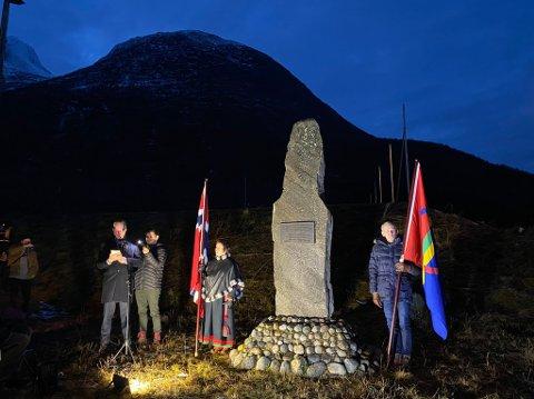 Forsvarsminister Frank Bakke-Jensen avduker minnebauta i Tysfjord, Nordland, for å anerkjenne samiske grenseloser og deres hjelperes innsats under andre verdenskrig.