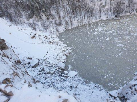 BORTE: Dette bildet, tatt fra høyden over Lesbervatnet, viser hvordan en bit av veien har forsvunnet ut i vannet.