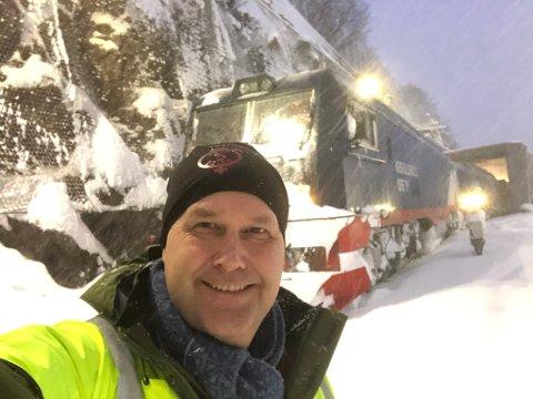VÆRFAST: Jonas Sjöstedt,  parti-leder og riksdagsrepresentant for partiet Vänsterpartiet fikk forlenget besøket hos LKAB i Narvik etter at et snøskred sperret Malmbanen mellom Björkliden og Abisko mandag morgen.