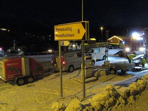 Her forberedes oppsetting av skilt ved havna i Kjøpsvik som forteller at her kommer du til Narvik kommune