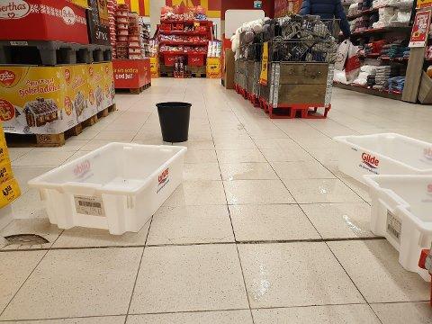 VANNLEKKASJE:  Slik ser det ut på Extra Bolaget onsdag. Vannlekkasje fra parkeringstaket fører ikke denne gangen til stengt butikk.