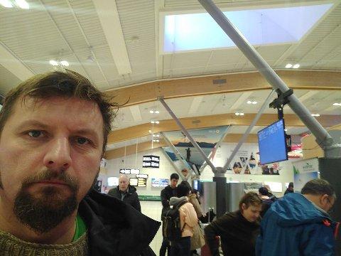 Endre Lund er en av de som er rammet av forsinkelser i flytrafikken på Evenes. Han håper han rekker flyet videre fra Oslo til Moskva.