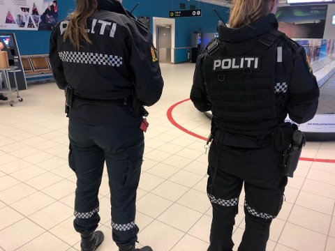 PÅ STEDET: Bevæpnet politi er på Alta lufthavn. Foto: Oddgeir Isaksen