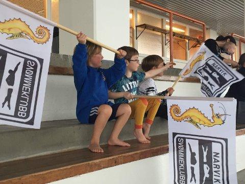 Jubel med svømmeklubb-flagg i Idrettens Hus.