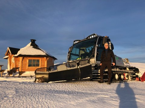 Frivillig: Torbjørn Sneve fra Herjangsfjellett Tur- og Løypelag har tråkket snø i Narviks skiløyper i en årrekke. Her ved varmebua de har bygget på varden.