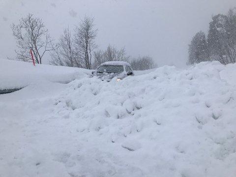 Denne snøhaugen møtte Alf Roald Frost Aspelund og konen da de skulle reise hjem fra hytten sin ved Skalvatnet på Herjangsfjellet søndag.