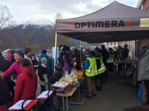 GODT BESØKT: Opp mot 200 godt voksne møtte opp på dugnaden til FAU Ankenes skole. Mange gikk innom grillen. (Foto: Elisabeth Barø Høgset)