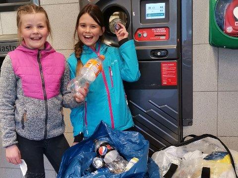 Samlet og pantet flasker for en god sak: Dorthe Marie Jansson (10) og Lea Belov (9).