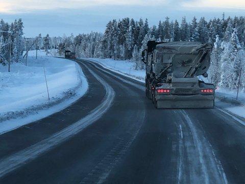 Skytteltrafikk: Mer eller mindre døgnet rundt kjører lastebilene med jernmalmen som i Svappavaara lastes på toget til Narvik. Ved å elektrifisere veistrekningen fra Pajala, kan utslipp på til sammen 15.000 tonn karbondioksid eleimineres.