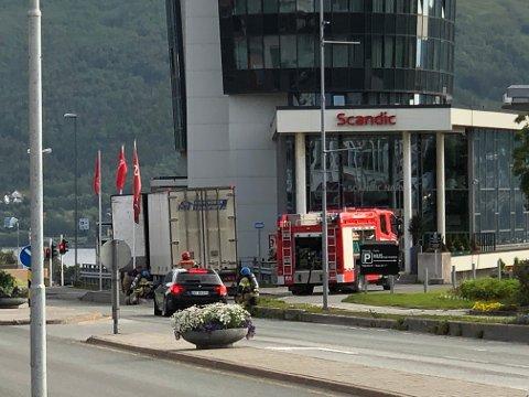 MYE RØYK: Det ble mye  røyk da et vogntog fikk varmgang i bremsene i Gate 1 i Narvik. Brannvesenet rykket ut for å hjelpe.