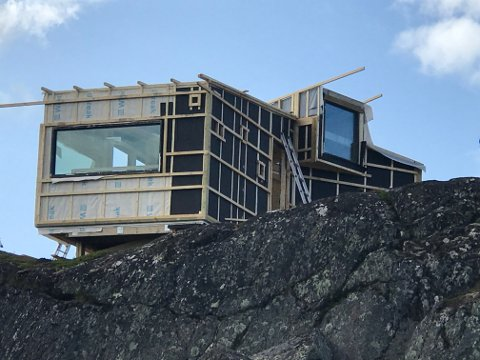 Spektakulær: Hytten som settes opp på Snolke i Gratangen blir et nytt signalbygg, og det vises godt fra E6. Hytten byggen av Snolke velforening, og er en dagsturhytte som er åpen for alle.