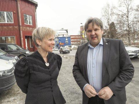 HVOR ER PENGENE? Åsunn Lyngedal (A) har kritisert regjeringen for manglende satsing på Ofotbanen. Jonny Finstad (H) på sin side lurer på hvor Arbeiderpartiets penger til formålet har blitt av. Her er de to avbildet sammen i Narvik.Arkivfoto