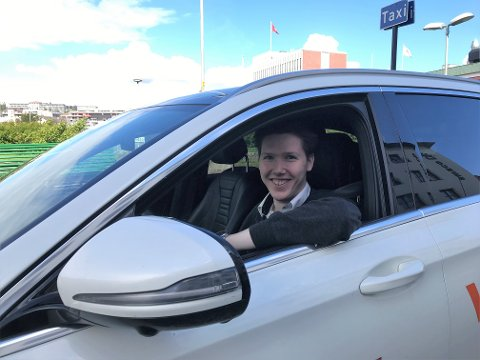 Viser forståelse: Sigbjørn Storsveen gjør som sine kollegaer i Narvik Taxi: tar den ekstraordinære trafikksituasjonen i byen med et smil og senkede skuldre. Men oppfordrer bilister, syklister og gående til å være litt ekstra varsomme i det uoversiktlige trafikkbildet.