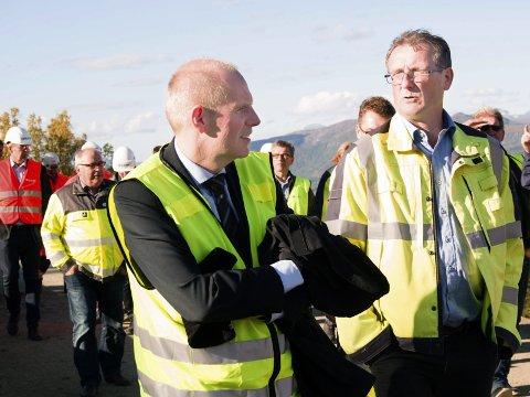 KREVER ERSTATNING: Thor Brækkan (til venstre) bekrefter at Bane Nor krever entreprenøren Taraldsvik Maskin AS for erstatning etter at et snøoverbygg brant for ett år siden.