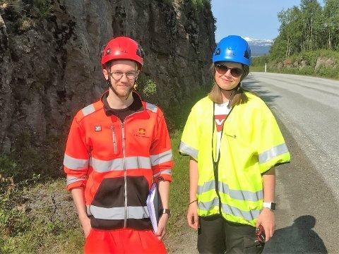 På befaring: De unge ingeniørstudentene Vebjørn Ditløvsen og Andrine Moen inspiserer arbeidet som er gjort langs Rombaksveien-E6, og bestemmer og dokumenterer hvor det må sikres med bergbolting.