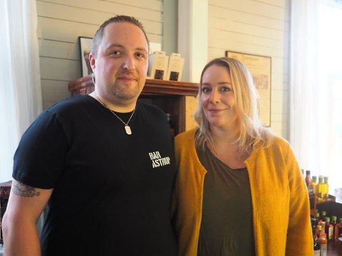 Mads og Kristine Nordnes driver Bar Astrup. Kristine Nordnes forteller at både lokalet og de ansatte skal pyntes under den ventede folkefesten til helga. HEr sammen med Robert Bjerkang.