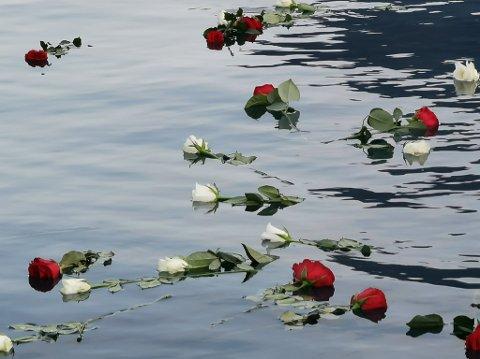Roser: De oppmøtte på minneseremonien slapp hver sin rose i vannet for å minnes avdøde Per Ivar Tustervatn.