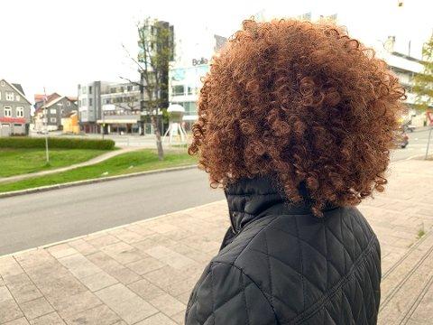 UTNYTTET: Kvinnen i 30-årene ble utnyttet til prostitusjon i to år. Eks-samboeren er dømt i saken. Her er kvinnen avbildet utenfor tinghuset i Tromsø i forbindelse med rettssaken. Foto: Jørn Normann Pedersen