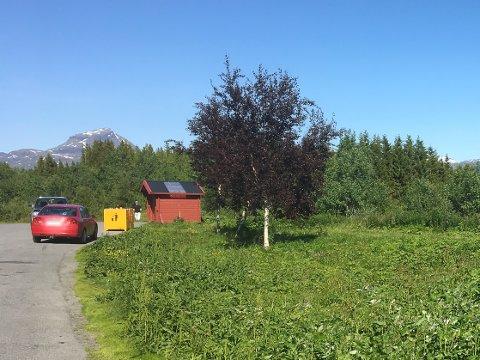 Tømmer avfall: Det er på denne rasteplassen langs E10 i Herjangen at Terje Stensland har observert bobiler tømme avfallsbeholderne sine.