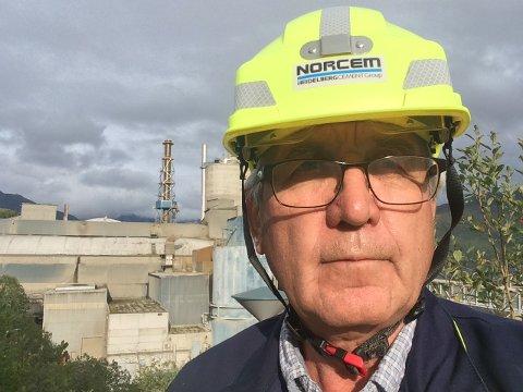 STRENGE TILTAK: Fabrikksjef ved Norcem i Kjøpsvik,Trond Kaasa, forteller at de har innført strenge tiltak for å hindre koronasmitte. Blant annet er kontrollrommet stengt for besøk og de slipper ikke tredjepart inn på fabrikken.