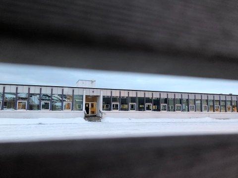 Framnes ungdomsskole stengte dørene for siste gang i juni. Til høsten skal elvene fra tidligere Framnes og Parken ungdomsskoler, begynne på den nye ungdomsskolen i Narvik. Det skal også 8.-klassingene fra Ankenes. Hvordan den nye skolestrukturen i Narvik blir, skal avgjøres i høst.