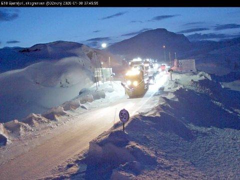 KOLONNE: Rett før klokken 20 ble de kjøretøyene som sto på Bjørnfjell tatt ned i kolonne. Vegvesenet vet ikke når neste kolonne blir, og veien er ved 08.30 tiden stengt.