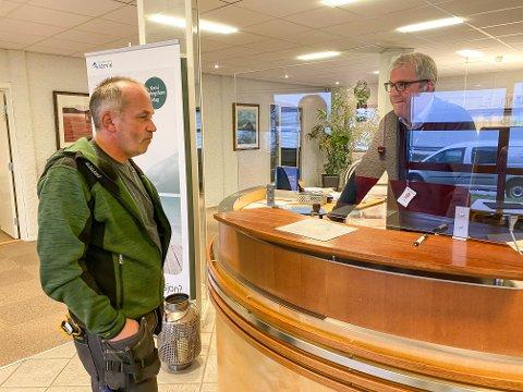 VIL BEHOLDE LOKALKONTORET: Ronald Tollefsen ser helst at Sparebanken Narvik beholder lokalkontoret i Bjerkvik. I bakgrunnen ser vi Ketil Martinsen som er autorisert finansiell rådgiver.