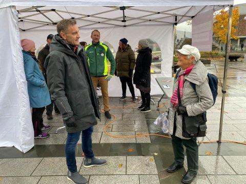 STØTTER LEGENE: Gerd Steen Moe (88) støtter kampen til legene fullt ut. Her i samtale med tillitsvalgt for fastlegene i Narvik, Bernhard Holthe. I bakgrunnen ser vi Sverre Håkon Evju, Kine Østvik, Hilde Klukstad, Heidi Eliassen Holtet, Linnea Hergot Høgseth og Benajmin Lischner.