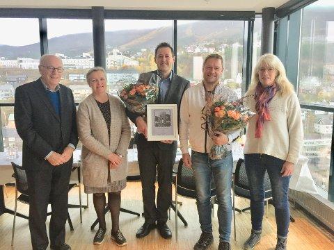 HEDRET: Her mottar Steinar Andre Lund (midten) i Taraldsvik vel prisen. Flankert av fra venstre: Egil Malm, styreleder, Aud Liljebakk, styremedlem, nominert Bane nor eiendom ved Tommy Simonsen og Dagrunn Kaasen, styremedlem.