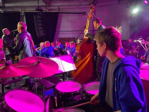 IMPONERTE: Birk Westby (14) og de andre medlemmene i Narvik skolekorps imponerte både publikum og bandmelemmene i Groms plass